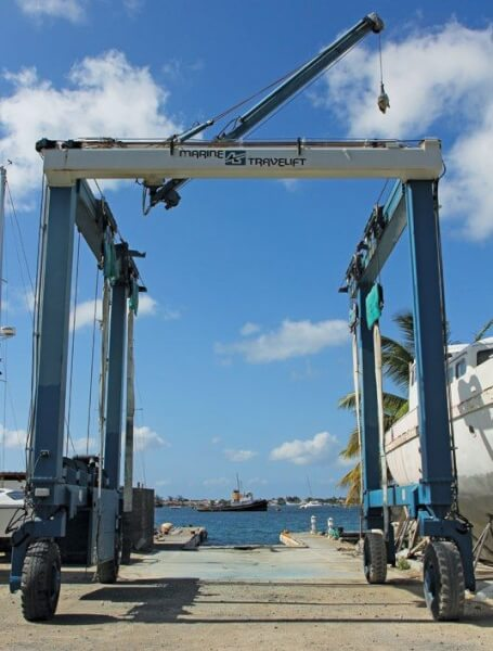 A yard with a combined Travelift and crane is a good choice if you want to unstep the mast. Photo: GEB/OceanMedia