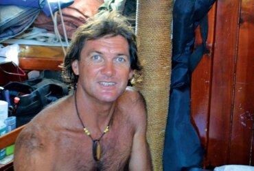 Sailing Sculptor : Victor in his floating workshop