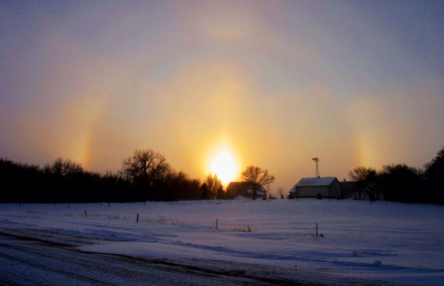 Cirrostratus nebulosus, invisible but revealed by the halo presence. Photo: Wikipedia