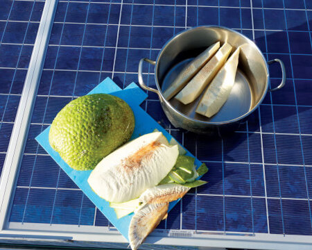How to cut breadfruit. Photo by Birgit Hackl and Christian Feldbauer